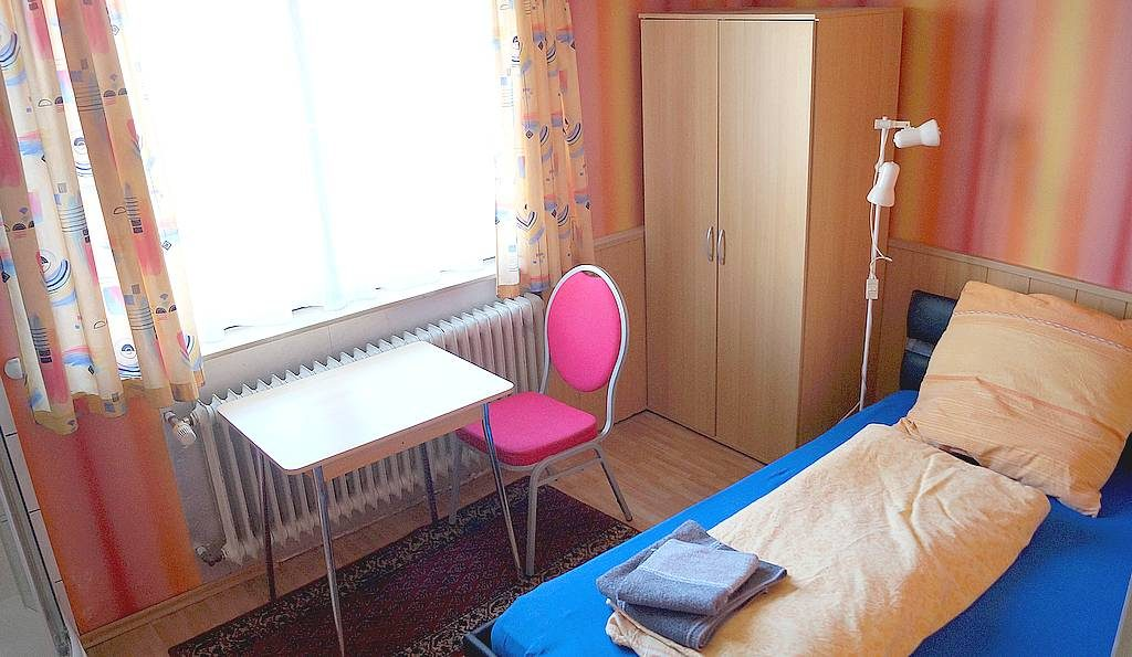 Zweckmäßig, klar, preiswert. Die Zimmer verfügen über einen großen Stauraum.