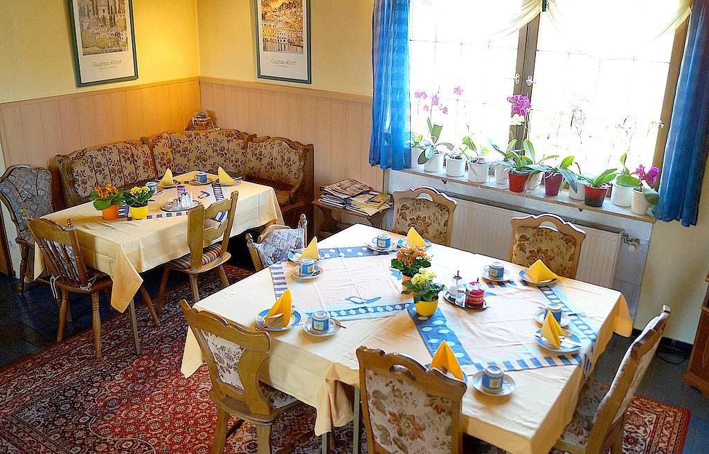 An den Sitzgruppen finden Familien, Kollegen und Einzelreisende immer einen guten Platz, um das reichhaltige Frühstück einzunehmen. Passt!